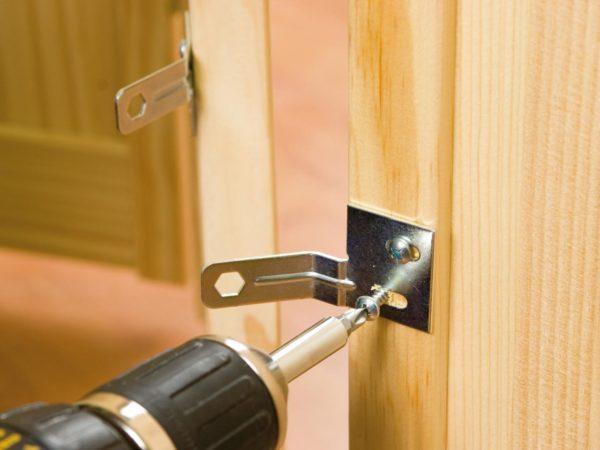 Как установить дверь в кладовку?