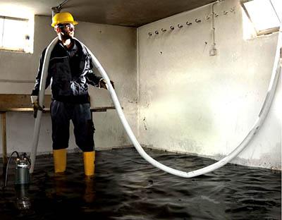 Действительно, наводнения приносят с собой не только воду, но и различный мусор, справиться с которым может только дренажный насос. По этой причине перед тем, как выкачать воду из подвала, следует внимательно отнестись к выбору инструмента для этого.