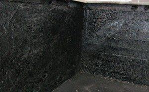 Для профилактики и предотвращения течей рекомендуется дополнительно обработать стены и пол специальной мастикой или битумом