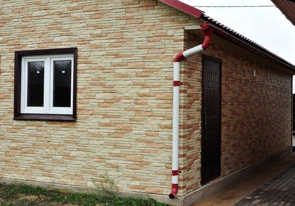 Дом, который полностью облицован цокольным сайдингом