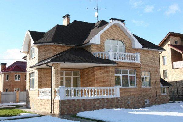 Дом с цоколем отделанным камнем