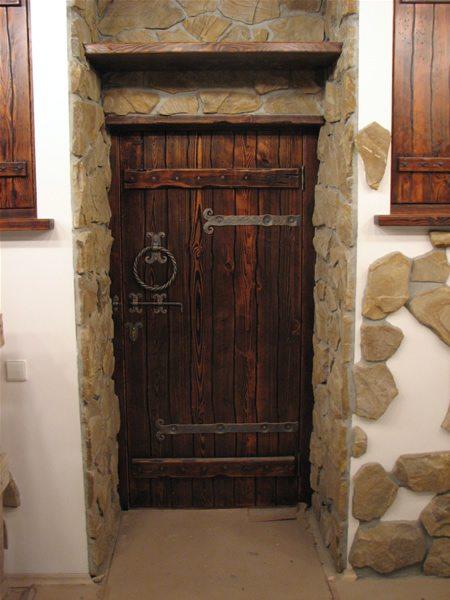 Дверь, ведущая в погребок.