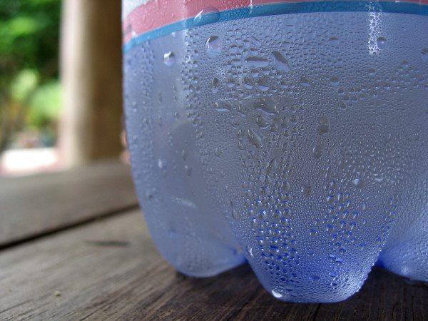 Этот эффект можно наблюдать на поверхности вынутой из холодильника бутылки. Она мгновенно покрывается капельками воды.