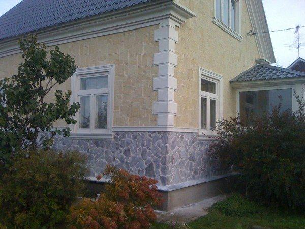 Искусственный камень прекрасно сочетается с цветовой гаммой дома.