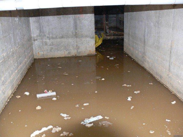 К чему приводит неправильная постройка дома с подвалом на участке с высоко расположенными грунтовыми водами.
