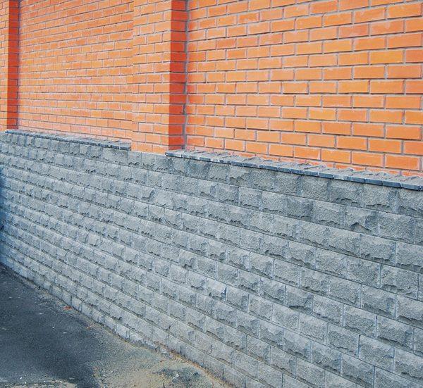 Любительское фото готового строения с облицовкой цоколя искусственным камнем