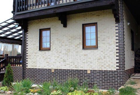 На фото дом, у которого цоколь и углы стен отделаны клинкерной плиткой.
