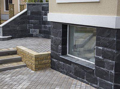 На фото изображен дом цоколь, которого отделан черным сланцем (смотрится ничуть не хуже черного дорогостоящего мрамора)