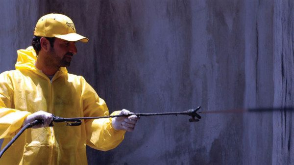 Нанесение эластопаза на стены