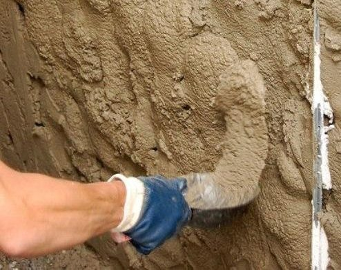 Наносим черновой слой штукатурки с помощью строительного ковшика или мастерка.