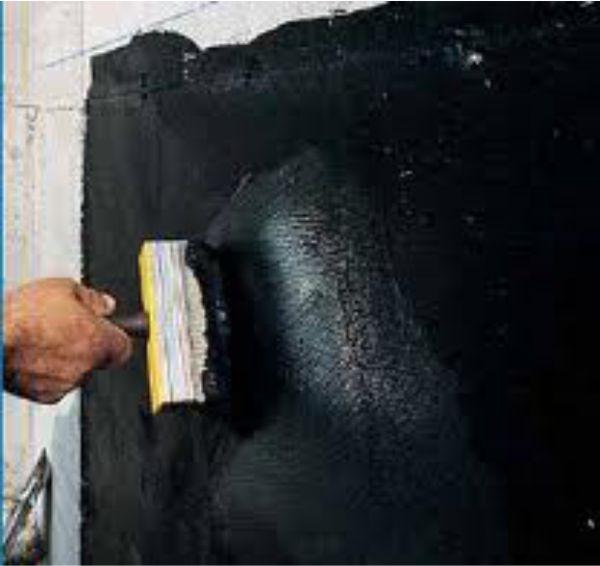 Наносим состав на стену кистью или валиком.