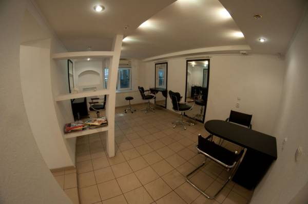 Небольшая парикмахерская в подвале многоквартирного дома.
