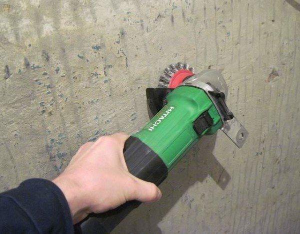 Очищаем стены от верхнего слоя.