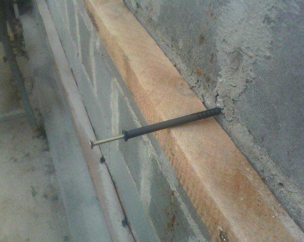 Отражена установка дюбеля в бетон.