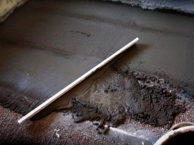 Перед тем, как залить пол бетоном в подвале, следует изучить технологию работ.