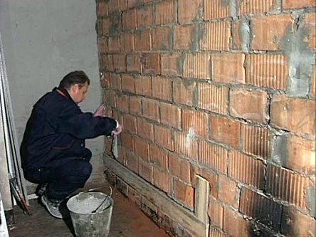 Подготавливаем стену к облицовке, выравниваем.