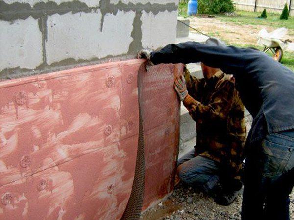 После выравнивания стены необходимо прикрепить армирующую сетку.