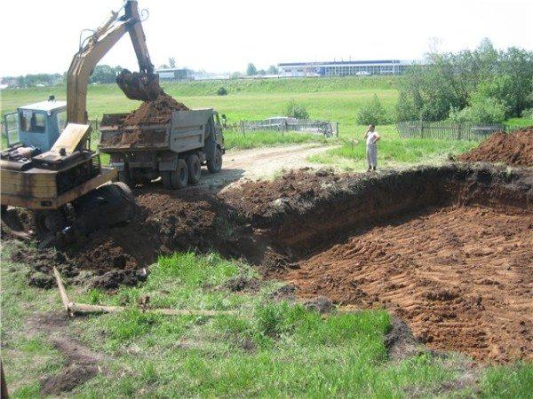 При выкапывании котлована достается очень много земли