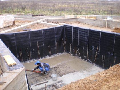 Процесс создания гидроизоляции в будущем подвальном помещении.