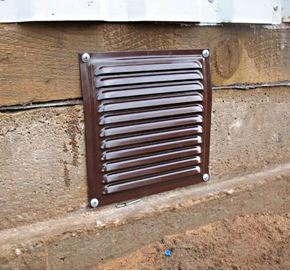 Решетка не препятствует проникновению воздуха, но надежно защищает от насекомых и грызунов