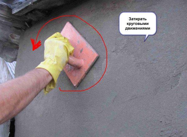 С помощью терки добиваемся формирования сплошного ровного покрытия.