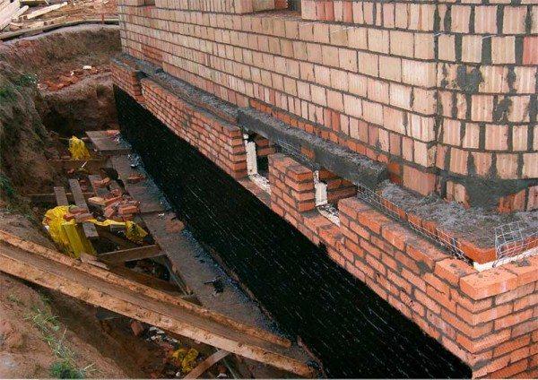 Стены, покрытые битумной мастикой