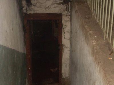 Типичный вход в подвал.