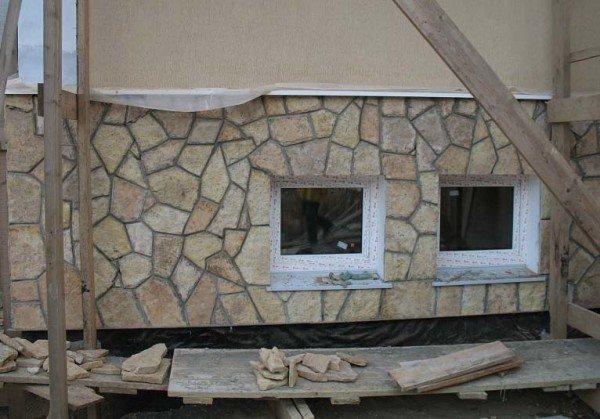 Цоколь, декорированный натуральным камнем.