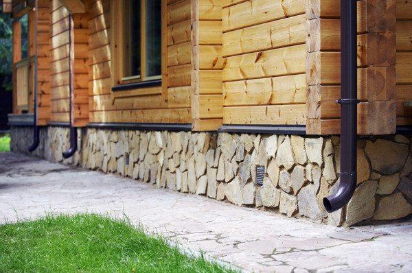 Цоколь для деревянного дома особенно важен.