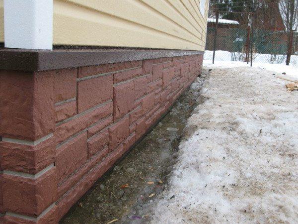 Цокольный сайдинг – отличный материал для защиты конструкции от внешней среды.