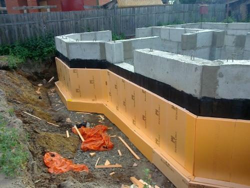 Утепление подземной части стен в процессе строительства