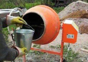 В бетономешалке готовим раствор для стяжки.