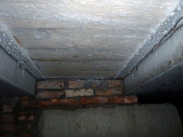 В запущенных случаях на потолке можно увидеть даже изморозь.