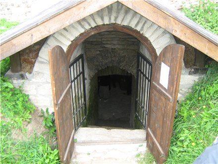 Вход и крыша каменного погреба
