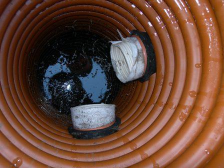 Вода поступает в специальные колодцы, предназначенные для контроля работоспособности системы и сбора воды.