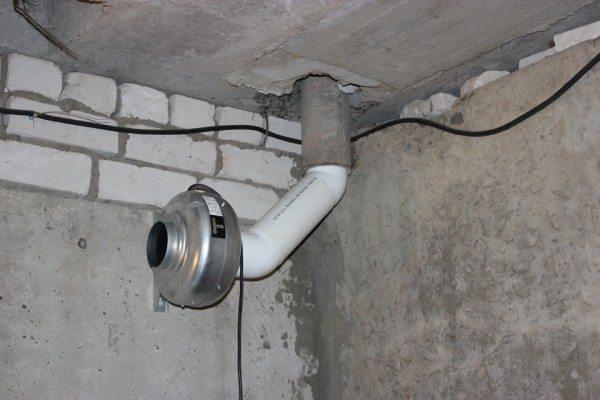 Вытяжная вентиляция сделана принудительной.