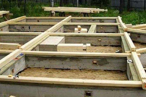 Здесь в роли цоколя выступают бетонные стены ленточного фундамента.